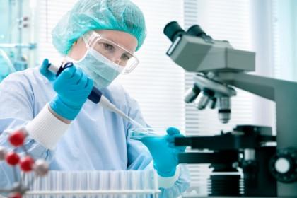 Primul vaccin pentru Ebola ar putea ieși pe piață până la jumătatea lui 2015, afirmă unele voci