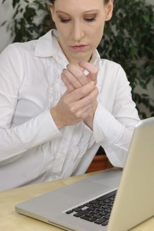 MIT: Pocnirea degetelor duce la apariția artritei