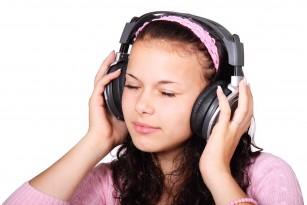 OMS avertizează asupra riscului de pierdere a auzului la adolescenți și tineri