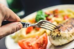 De ce suntem tentați să mâncăm mai mult seara?