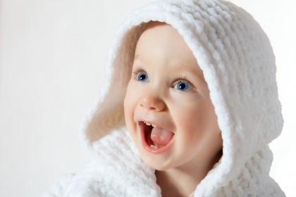 Elementele de surpriză îi ajută pe bebeluși să învețe mai ușor