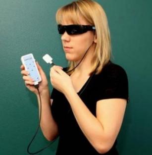 """Un dispozitiv care îi ajută pe nevăzători să """"vadă"""" cu limba a fost aprobat de FDA"""