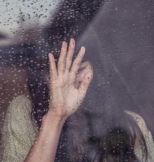 După o despărțire, femeile suferă mai mult, dar își revin mai repede decât bărbații