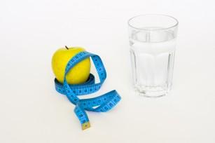 Consumul a 500 ml de apă înainte de masă ar putea ajuta la reducerea obezității