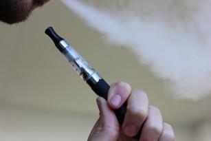 Vaporii degajați de țigaretele electronice se evaporă în câteva secunde