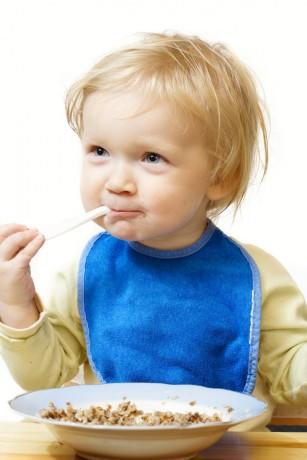 Copiii care mănâncă orez au concentrații mai mari de arsenic în urină