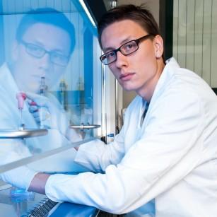 Un dispozitiv electronic detectează moleculele asociate cu bolile Alzheimer și Parkinson