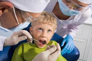 Expunerea copiilor la bisfenol A și alte substanțe toxice le-ar putea afecta smalțul dinților