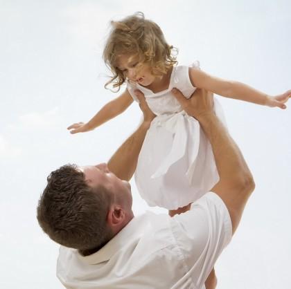 Copiii au doar de câștigat dacă petrec mai mult timp cu tata