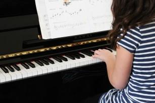 Creierul copiilor se dezvoltă mai repede datorită antrenamentului muzical