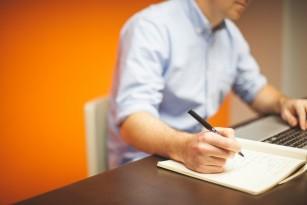 8 ore de lucru pe zi asociate cu o reducere a performanței cognitive după 40 ani