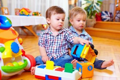 Gemenii încep să vorbească mai târziu decât ceilalți copii