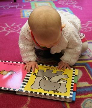 Cărțile interactive pentru bebeluși îi pot împiedica pe copii să învețe cuvinte noi