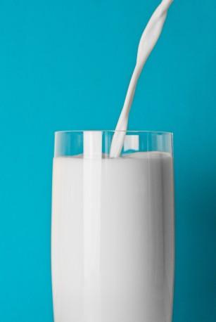 Consumul de lapte integral a fost asociat cu o greutate mai sănătoasă la copii