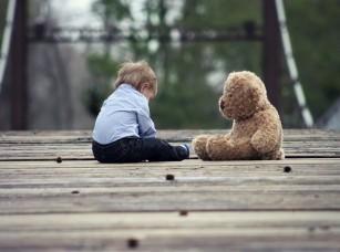 Copiii mici suferind de autism nu evită în mod intenționat contactul vizual