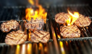 Consumul de carne la grătar asociat cu o creștere a riscului de deces la supraviețuitoarele cancerului de sân