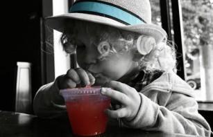 Consumul de băuturi îndulcite în rândul copiilor începe mult prea devreme