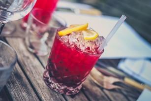 Trei liceene din Miami au inventat paiul care arată dacă băutura conține drogul violului