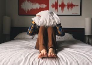 Persoanele care se culcă târziu au mai puțin control asupra gândurilor obsesive