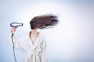 Substanțele care pot face ca parfumul șamponului să reziste mai mult timp pe păr