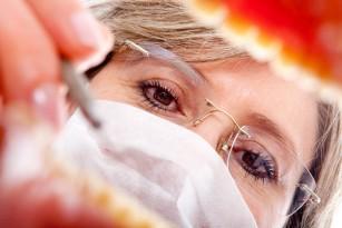 Afecțiunile gingivale asociate cu un risc crescut de cancer la femeile în vârstă