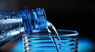 Studiu privind contaminarea apei îmbuteliate cu microparticule de plastic