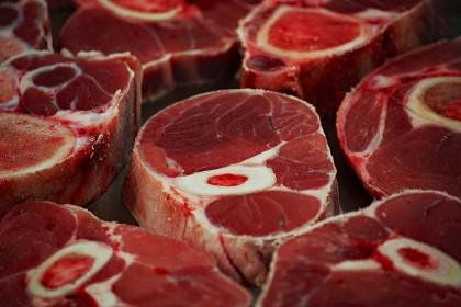 Consumul ridicat de carne roșie și mezeluri asociat cu ficatul gras și diabetul