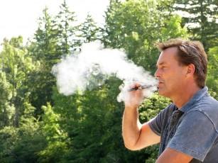 Foştii fumători au un prognostic mai bun cu concentraţii mai mari de nicotină în ţigările electronice