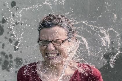 Apa cu gheață, dușurile reci și temperatura scăzută te ajută să slăbești