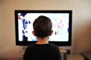 Câte minute stă zilnic copilul tău la TV și pe telefon? Vezi implicațiile
