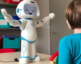 Qtrobot îi ajută pe copiii cu autism să se integreze