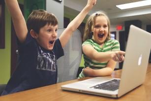 Copilul tău se joacă mult pe calculator? Cât înseamnă mult și sfaturi pentru părinți