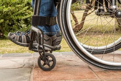 Un dispozitiv implantat în măduva spinării tratează paralizia