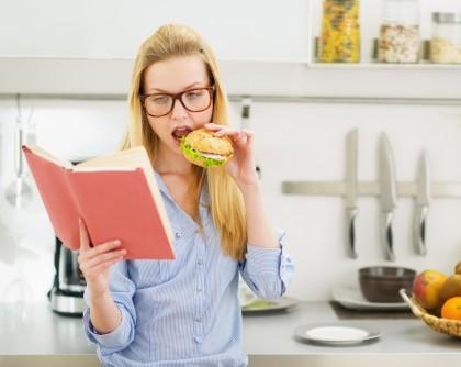 Este nesănătos să mănânci în timp ce citești?