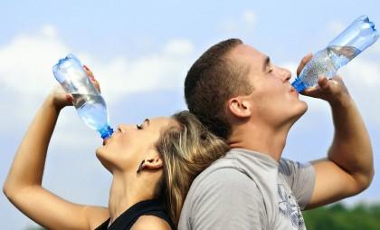Diferența dintre apa de la robinet și apa minerală plată