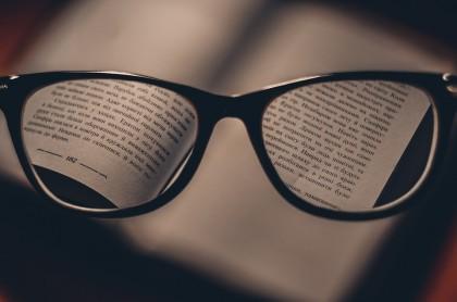 Cât de aproape ții o carte când citești? Când ai probleme de vedere?