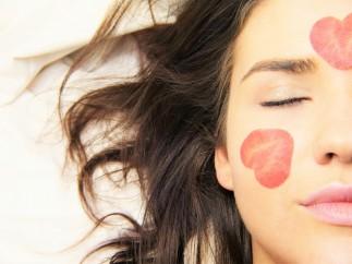 Puncte sau pete roșii pe față - cauze și tratament