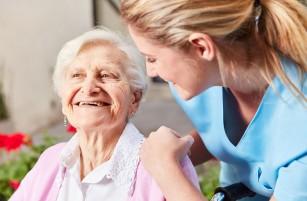 Cămine de bătrâni private vs. centre de îngrijire de stat