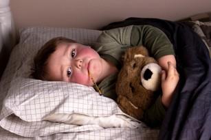 Febră și bubițe pe piele - erupțiile febrile la copil