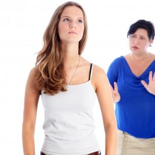 Cum îți dai seama dacă copilul tău se droghează (și ce să faci)