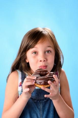 Cantitatea și varietatea gustărilor oferite copiilor influențează riscul de obezitate