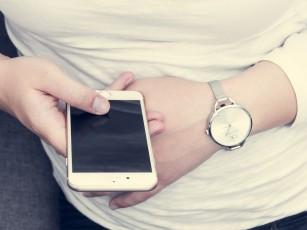 Folosirea telefonului mobil smartphone pentru mai mult de 5 ore pe zi favorizează apariția obezității