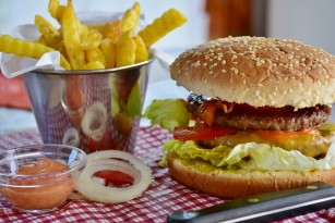 Număr mai mare al atacurilor de cord în zonele din apropierea restaurantelor de tip fast-food