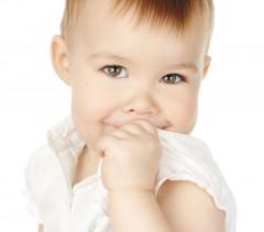 Cum dezobișnuiești copilul să nu-și mai sugă degetul
