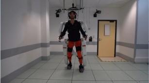 Un bărbat paralizat a putut să meargă folosind un costum robotizat controlat de creier