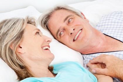 Femeile care fac sex mai rar ar putea intra la menopauză mai devreme