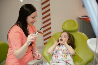 Caria dentară la copii – de ce apare și cum se tratează