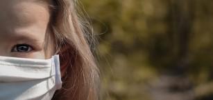 Masca facială și ventilația sunt mai eficiente decât distanțarea socială pentru stoparea răspândirii COVID-19