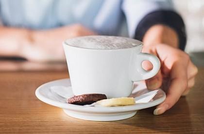 Consumul moderat de cafea nu crește riscul de aritmii cardiace conform unui studiu