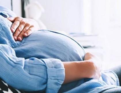 Vaccinul împotriva COVID-19 este sigur pentru femeile gravide și nu afectează calitatea laptelui matern